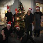 Kökspersonalen vid en julgran