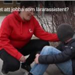 En lärarassistent pratar med ett barn